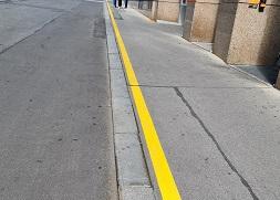 Gelbe Linien am Gehsteigrand
